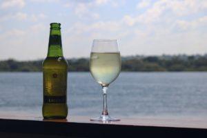 יין ובירה אל מול ים